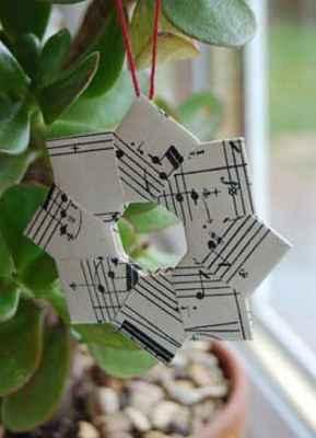 Ideas decorativas para el árbol de Navidad realizadas con papel de regalo
