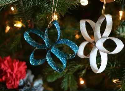 Adornos navideños con rollos de papel5