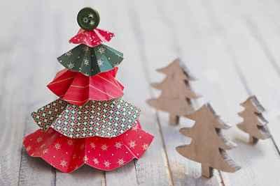 Ideas creativas para preparar árboles de Navidad con papel de colores